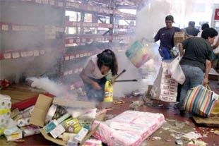 Damnificados de terremoto en Perú saquean algunos negocios