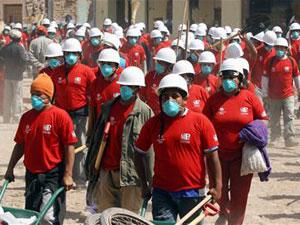 Perú contrata a ocho mil afectados por el terremoto para que limpien las calles de escombros